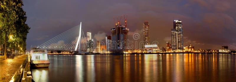 Rotterdam-Skyline nachts stockbilder