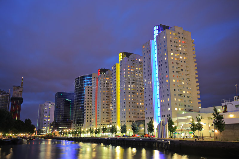 Rotterdam-Skyline nachts lizenzfreie stockbilder