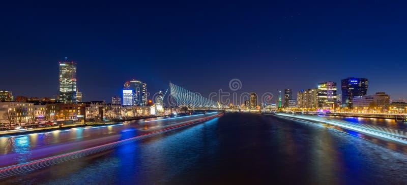 Rotterdam-Skylinestadtbild bis zum Nacht, niederländische Reise in Europa stockfotografie
