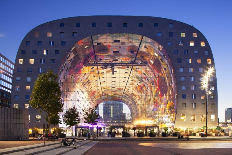 Rotterdam som är markthal på skymning fotografering för bildbyråer