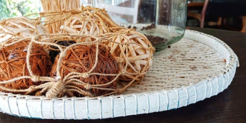 Rotting klumpa ihop sig träasken för hem- garnering royaltyfria foton