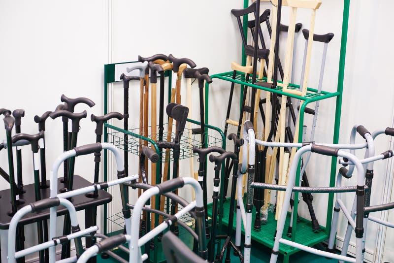 Rottingar, kryckor och andra apparater för att flytta rörelsehindrat folk arkivfoto