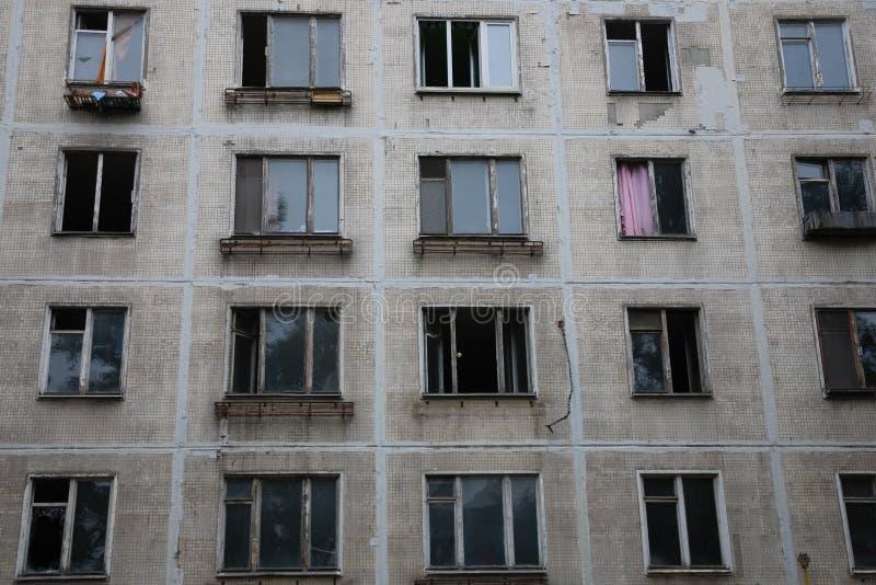 Rotto e finestre aperte nella costruzione di appartamento abbandonata immagini stock libere da diritti