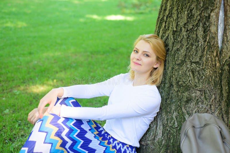 Rottura bionda della presa della donna che si rilassa nel parco Trovi il posto pacifico in parco Dia la rottura e goda dello svag fotografia stock libera da diritti