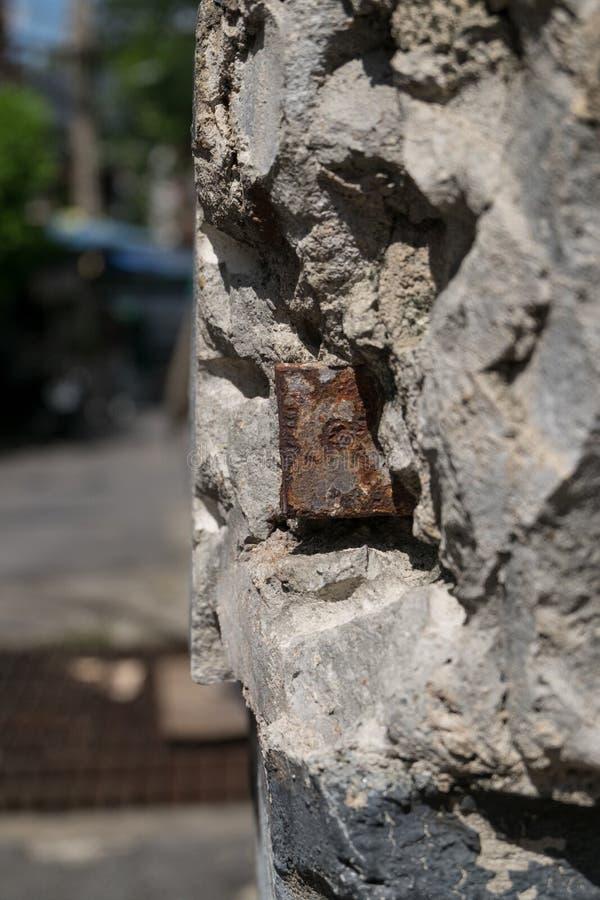 Rottura del mortaio sulla via fotografia stock