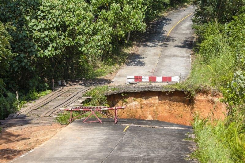 Rottura della strada asfaltata in isola Koh Chang, Tailandia fotografia stock libera da diritti