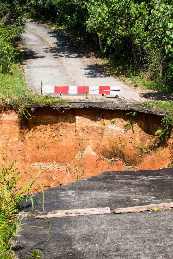 Rottura della strada asfaltata in Tailandia fotografia stock