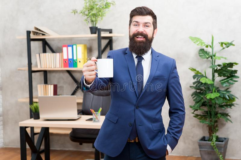 Rottura di rilassamento bevente del caffè Capo che gode della bevanda di energia Caffeina dipendente Giorno di inizio con caffè U fotografia stock libera da diritti