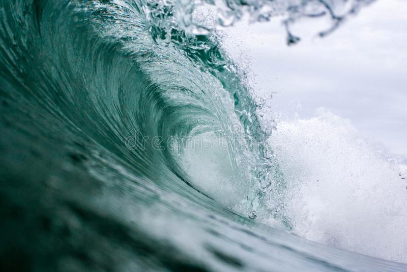 Rottura potente dell'onda di acqua immagini stock libere da diritti