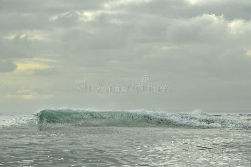 Rottura potente delle onde di oceano Wave sulla superficie dell'oceano immagini stock libere da diritti