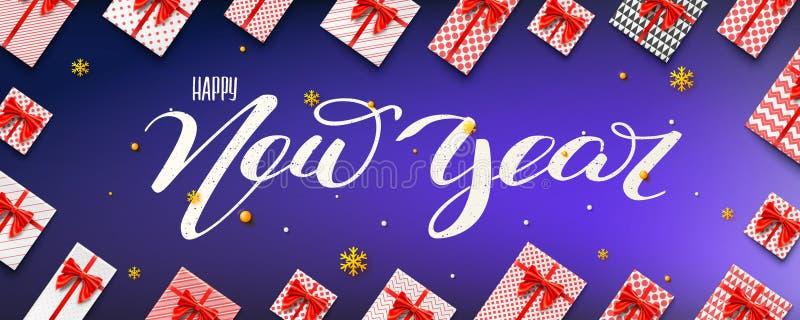 Rotulação caligráfica com ano novo feliz da pena da escova Vista superior envolvida sobre em umas caixas de presente de papel col ilustração stock