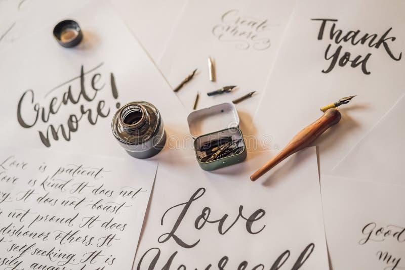 A rotulação, caligrafia, escreve a frase no Livro Branco Inscreendo letras decoradas decorativas Caligrafia, gr?fico fotografia de stock royalty free