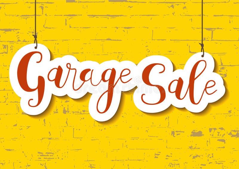 A rotulação da caligrafia da venda de garagem na laranja no papel cortou o estilo no fundo textured amarelo da parede de tijolo ilustração stock