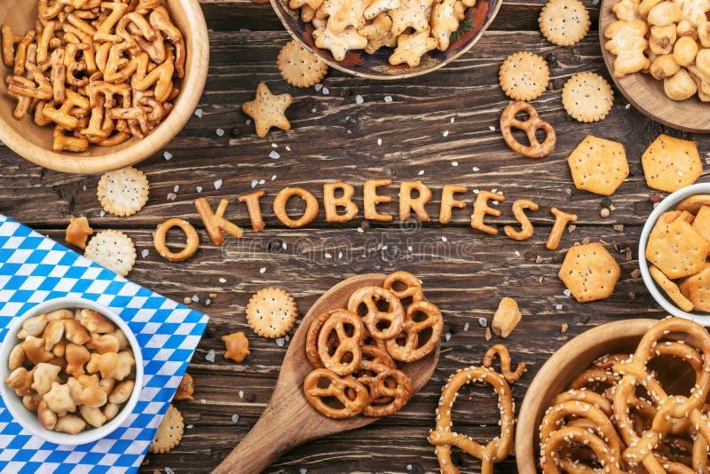 Rotulação de Oktoberfest Biscoitos salgados, pretzeis e outro petisco imagens de stock royalty free