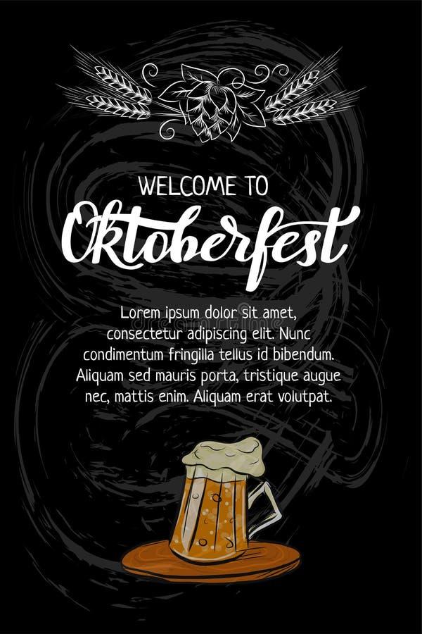 Rotulação de Oktoberfest e caneca tiradas mão do esboço de cartaz da cerveja e da garrafa, bandeira, convite, promo Arte do giz n ilustração stock