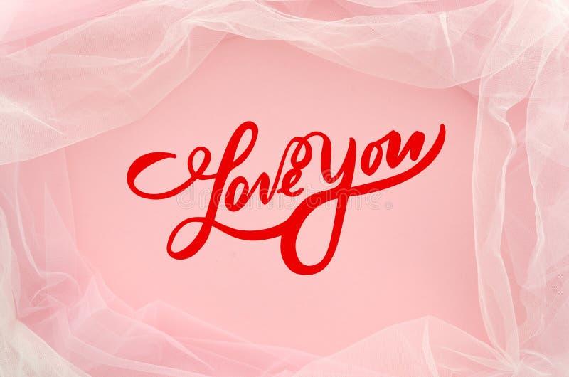 A rotulação vermelha colocada plano ama-o no fundo cor-de-rosa elegante com tule Cartão, declaração do amor Vista superior mínimo ilustração do vetor