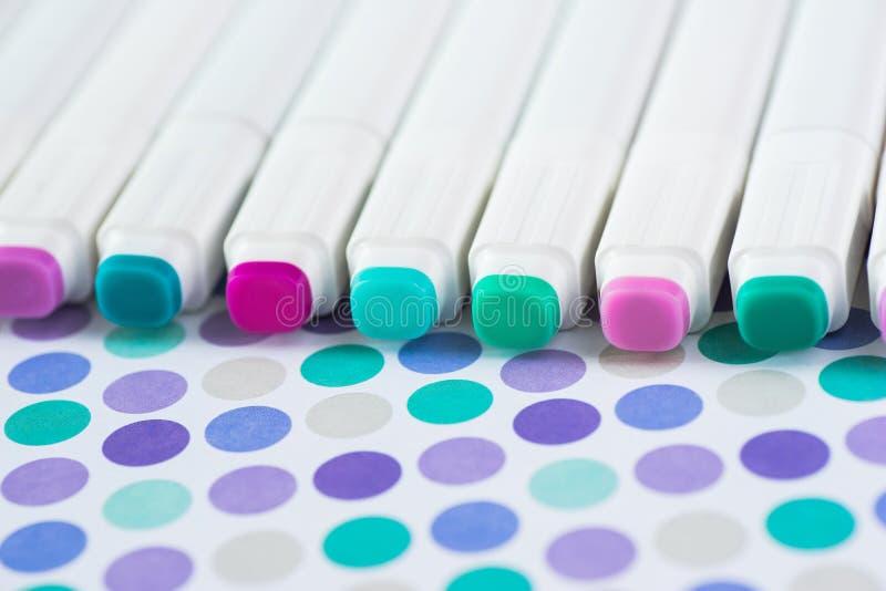 Rotuladores de los colores aislados en el fondo de papel Marcadores del alcohol fotografía de archivo