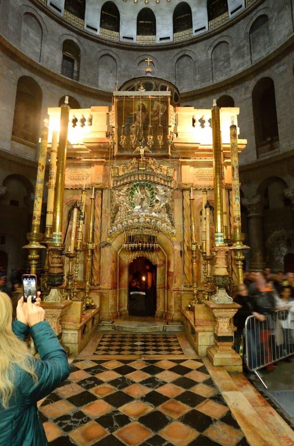 Rotunda της ιερής εκκλησίας Sepulcher Λειτουργία νύχτας στοκ εικόνα