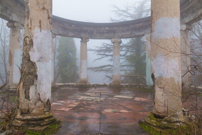 Rotunda του εγκαταλειμμένου εστιατορίου στο υποστήριγμα Akhun, Sochi, Ρωσία στοκ φωτογραφία