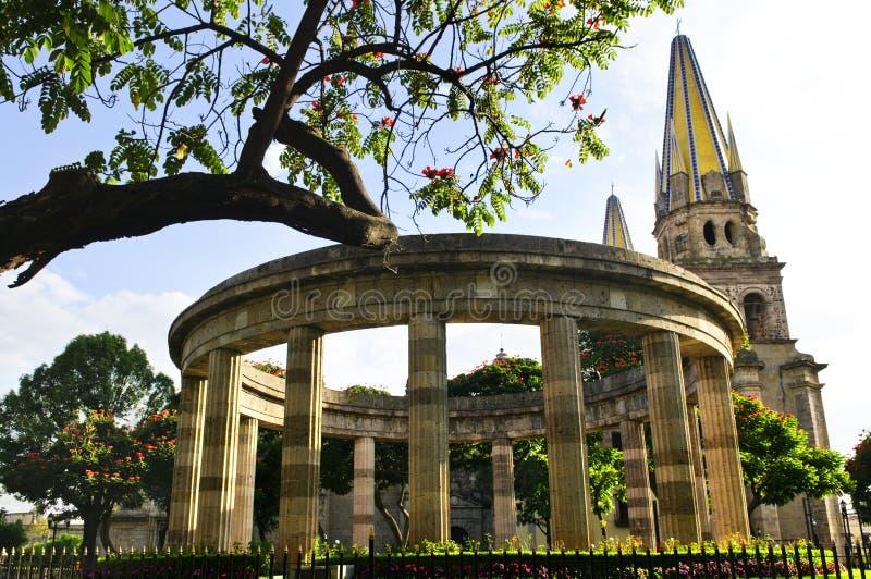 Rotunda de Jalisciences e de catedral de Guadalajara fotografia de stock royalty free
