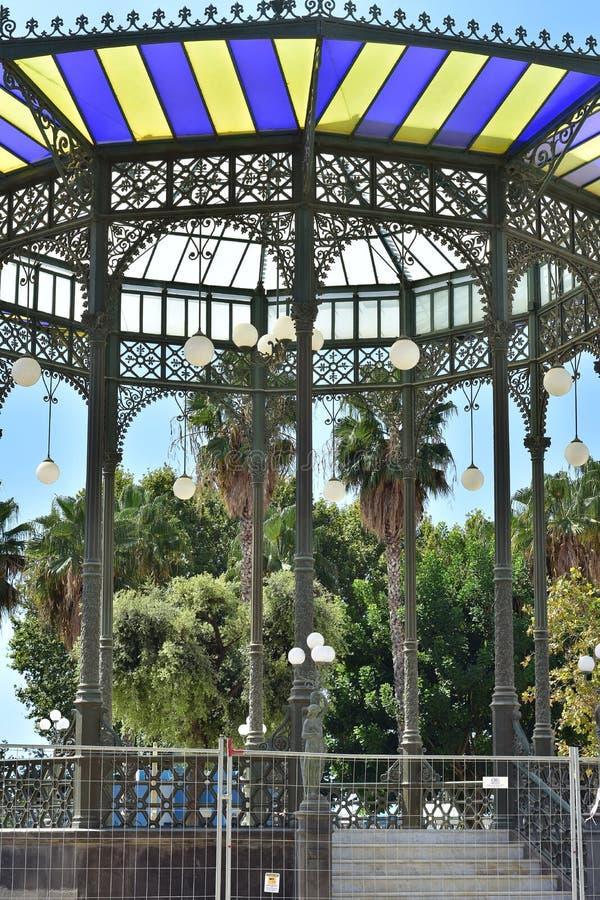 Rotunda do parque com luzes de suspensão fotos de stock