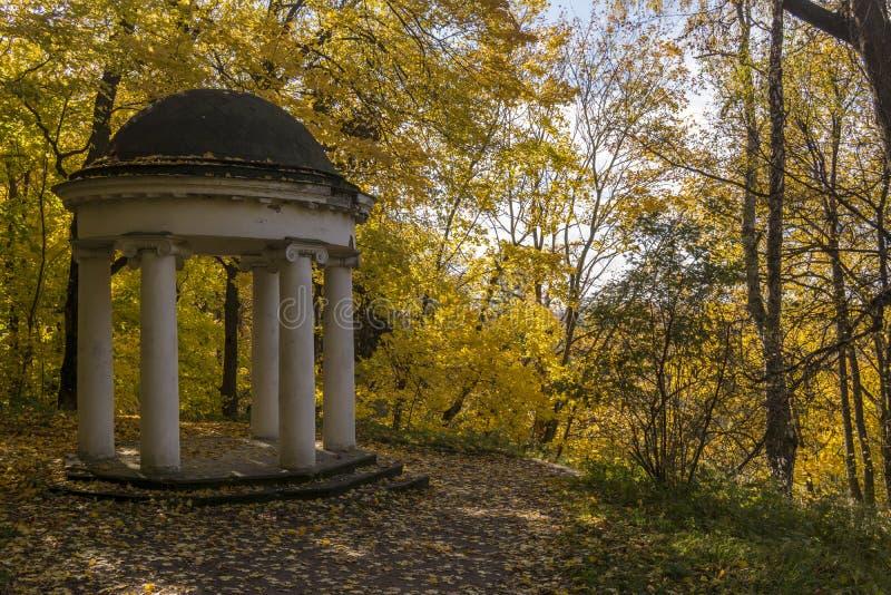 Rotunda gazebo στο πάρκο φθινοπώρου Γκόρκυ Leninskie, λόφοι Λένιν, Ρωσία, η τελευταία θέση Λένιν στοκ εικόνες με δικαίωμα ελεύθερης χρήσης