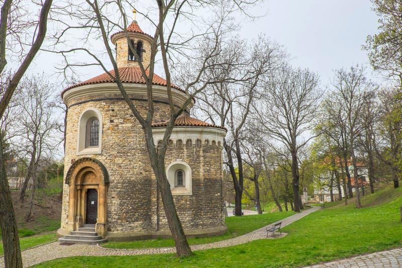 A rotunda a mais velha de St Martin em Praga imagens de stock