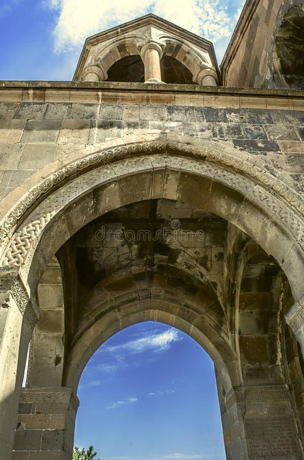 Rotunda med kolonner ovanför ingången i kyrkan royaltyfri fotografi