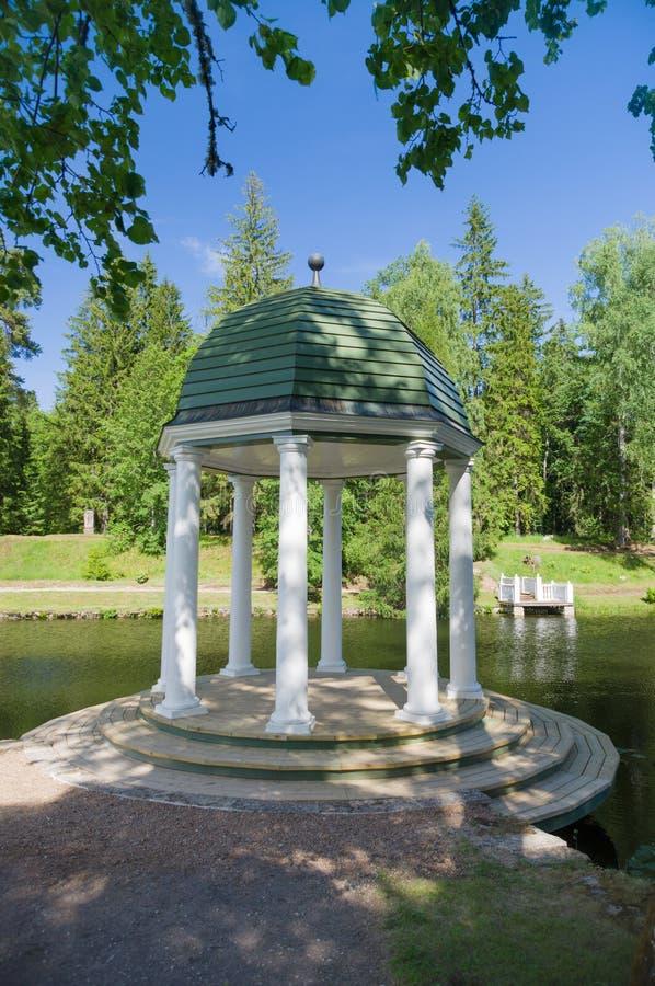 Rotunda nel parco vicino allo stagno fotografia stock libera da diritti