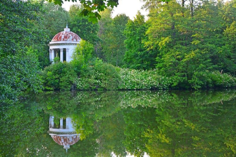 Rotunda nella proprietà di Vorontsova-Dashkova nel parco di Vorontsov nel villaggio di Bykovo fotografia stock