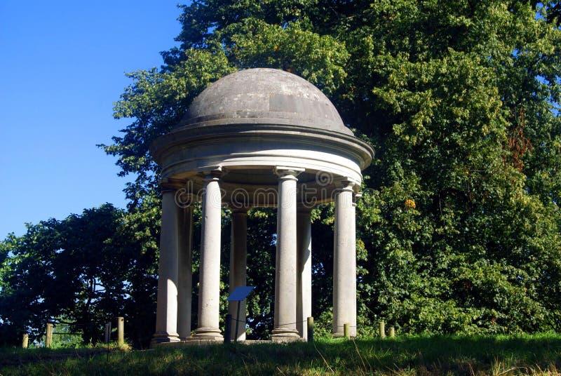 Rotunda przy ogródem lub parkiem w Zachodnim Sussex, Anglia fotografia stock