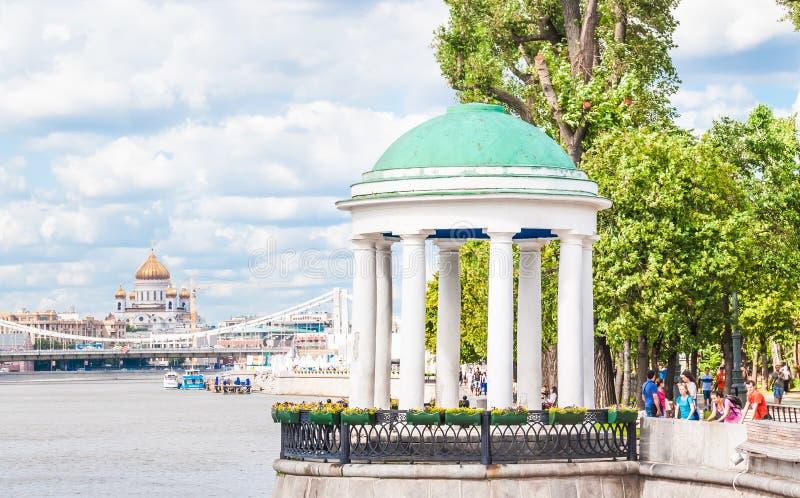 Rotundan på den Pushkinskaya invallningen i Gorky parkerar I bakgrunden en sikt av den Crimean bron över arkivbilder