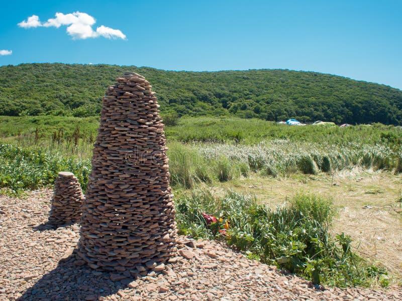 Rotundan som byggs av handen från havskiselstenar Konstig struktur på ön royaltyfria bilder