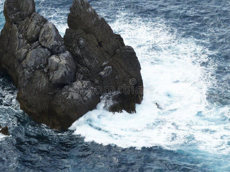 Rotura azul de la ola oceánica fotos de archivo