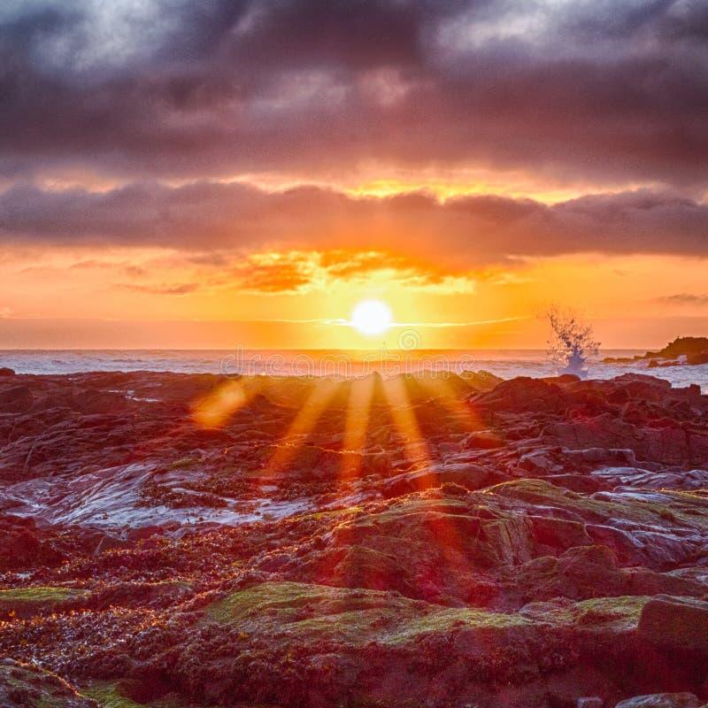 Rotura de la onda en la salida del sol foto de archivo libre de regalías
