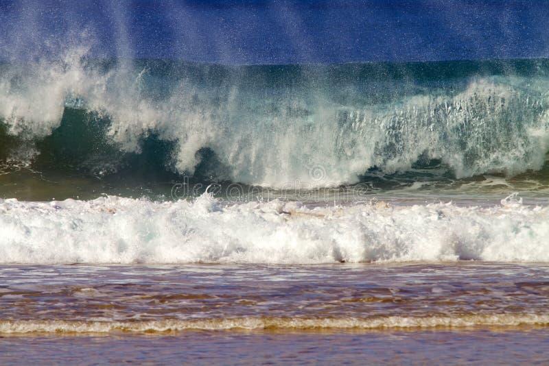 Rotura de la onda/rotura de la resaca en Hawaii imagenes de archivo