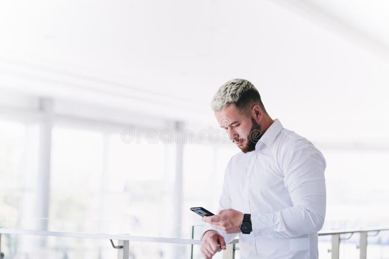 Rotura hermosa joven de Using Smartphone At del hombre de negocios foto de archivo libre de regalías