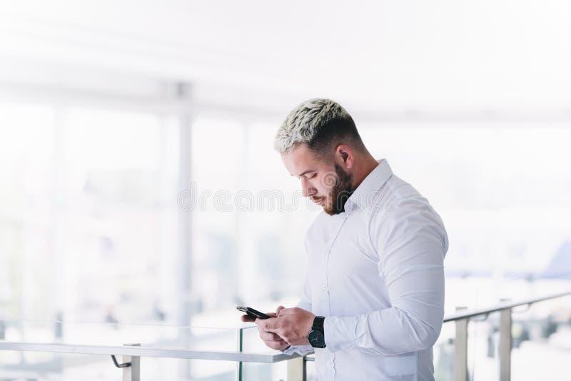 Rotura moderna joven de Using Smartphone At del hombre de negocios fotos de archivo libres de regalías