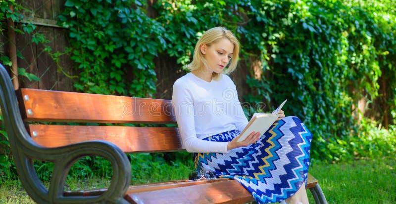 Rotura rubia de la toma de la mujer que se relaja en libro de lectura del parque Literatura de la lectura como afición Libro pref imagen de archivo libre de regalías