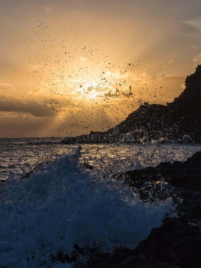 Roturas de la onda de la salida del sol en la roca, Pantelleria, Italia fotos de archivo libres de regalías