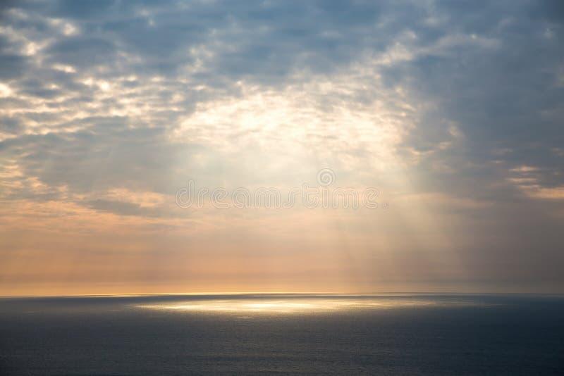 Roturas de oro de la luz a través del cielo gris fotos de archivo libres de regalías