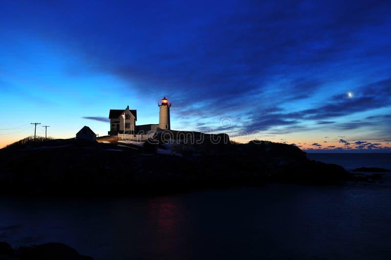 Roturas del amanecer sobre un faro de Nueva Inglaterra imagen de archivo libre de regalías