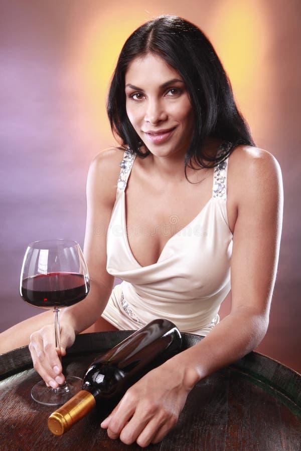 Rotwein auf einem Faß stockfotos