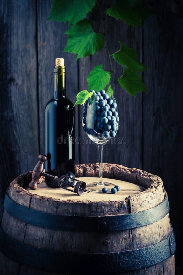 Rotwein auf Fass mit Vergewaltigungstrauben lizenzfreies stockbild