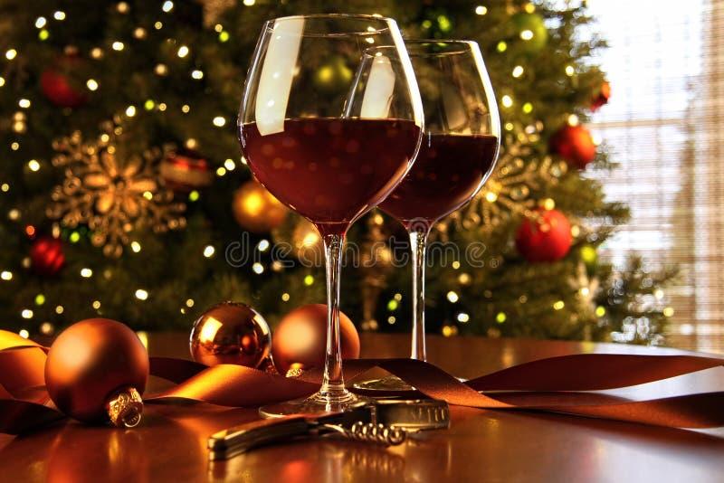 Rotwein auf Tabelle Weihnachtsbaum lizenzfreies stockbild