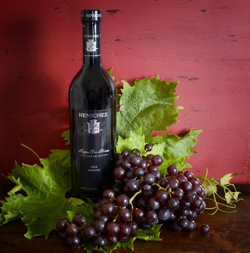 Rotwein australischer erstklassiger Durchlauf-Shiraz Henschke Tappa in der Anzeigeneinstellung stockfotos