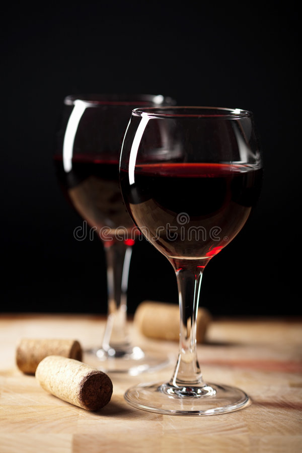 Rotwein in den Gläsern und in den Korken lizenzfreies stockfoto
