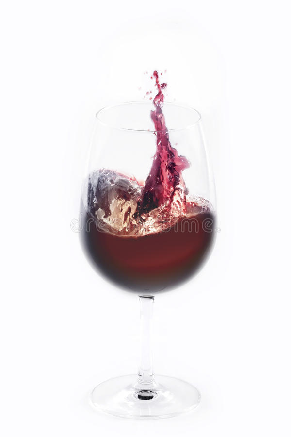 Rotwein, der aus einem Glas heraus spritzt lizenzfreies stockbild