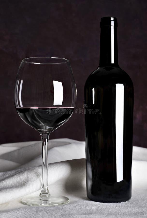 Rotwein in der Flasche lizenzfreie stockfotografie