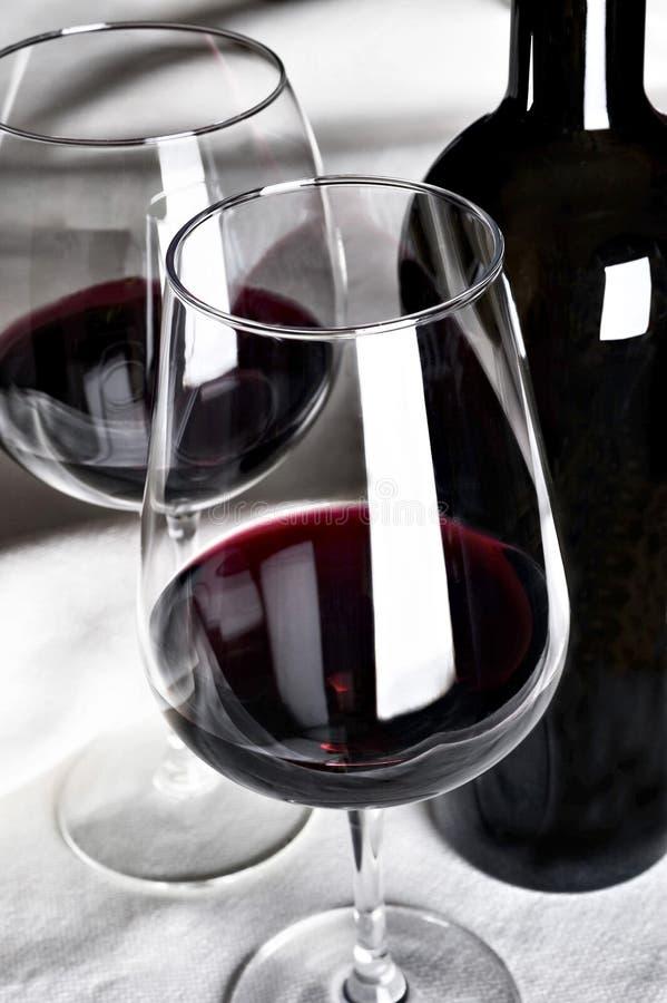 Rotwein in der Flasche stockbild